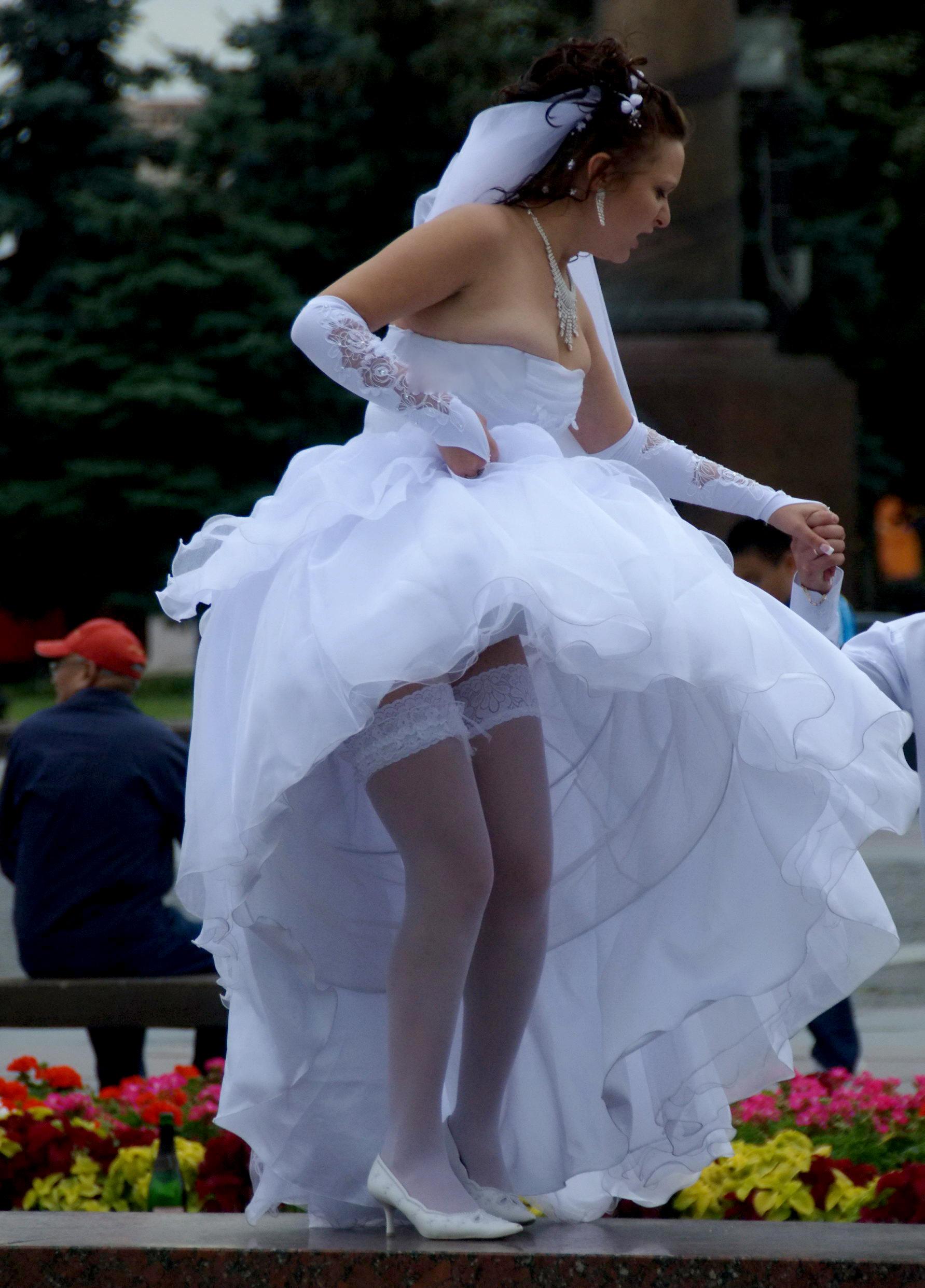 протянул руки под юбкой у невест голос сама направит